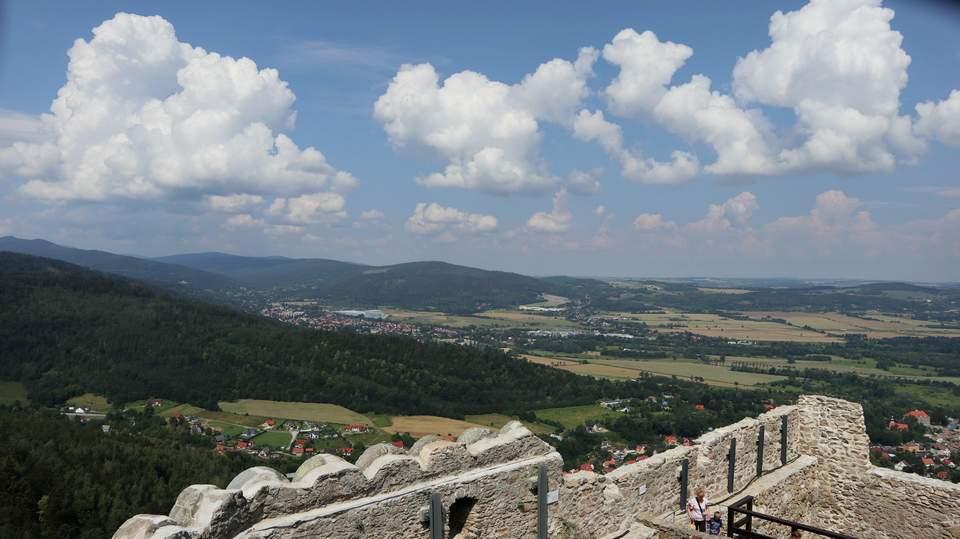 Widok na główny grzbiet Karkonoszy z ruin Zamku Chojnik